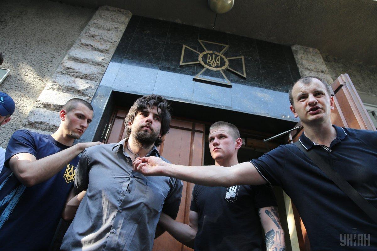 4 травня представники С14 передали Рафаеля Лусваргі Службі безпеки України