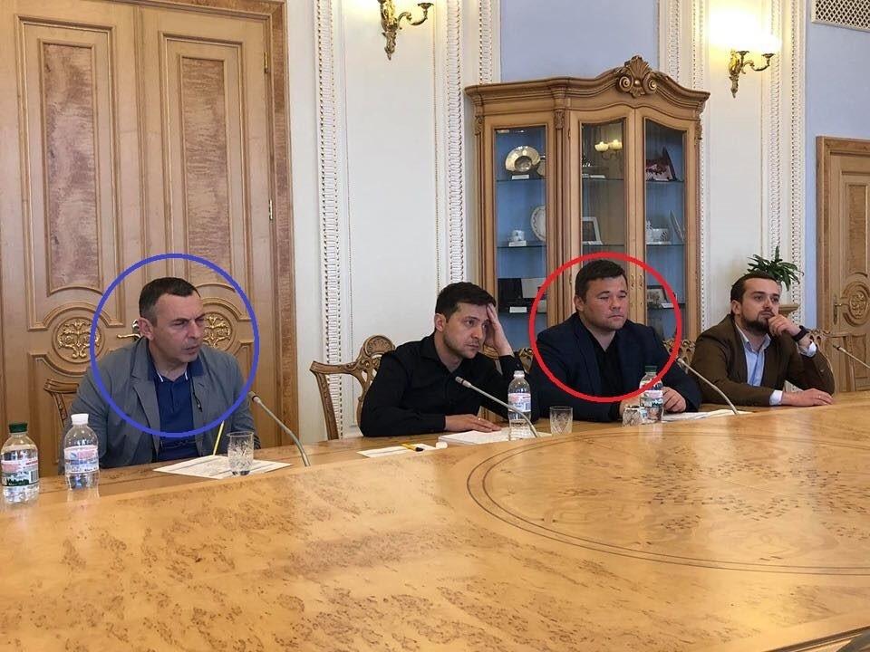 Шефір (у синьому колі) та Богдан (у червоному колі) сидять біля Зеленського під час переговорів з нардепами