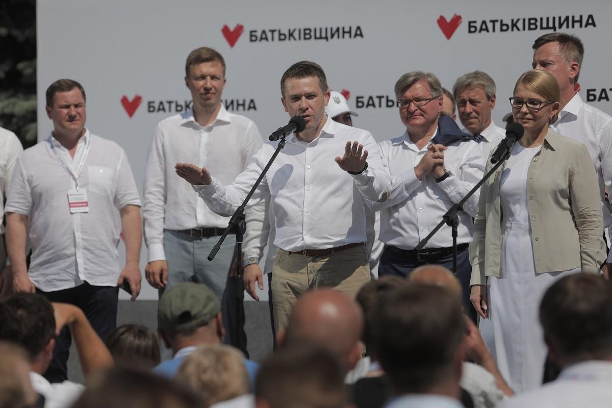 Праворуч від Тимошенко стоїть Немиря, якому не знайшлося місця у першій п'ятірці списку