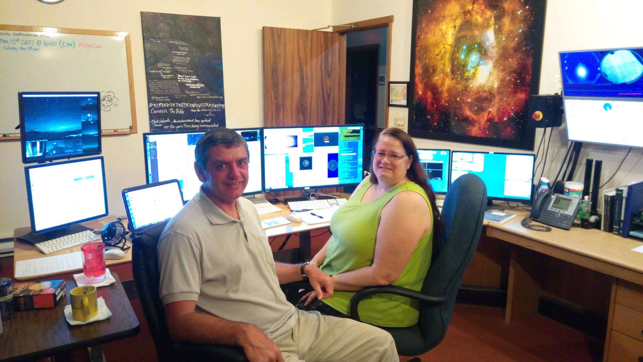 Віктор Халак і Ліса Уелз, що проводить заплановані спостереження на Телескопі Канада-Франція-Гаваї. Кімната для спостережень знаходиться біля підніжжя недіючого вулкана Мауна-Кеа в поселенні Ваймеа. Тобто астрономи там спостерігають у більш комфортних умовах, ніж в інших місцях