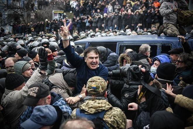 Звільнення Саакашвілі з мікроавтобусу силовиків на вулиці Костьольній