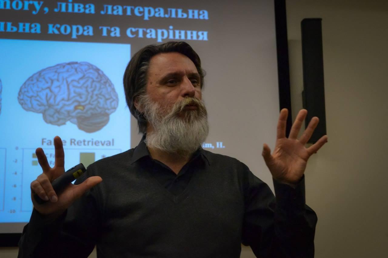 Професор університету Богомольця Віктор Досенко