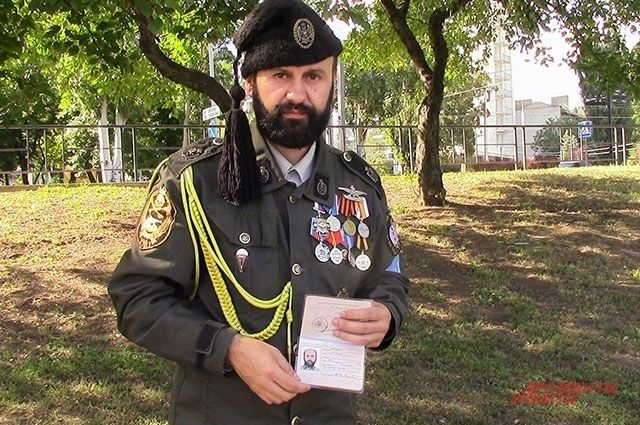 Братислав Живкович та його паспорт «ЛНР». Фото «Аргументы и Факты» (РФ)