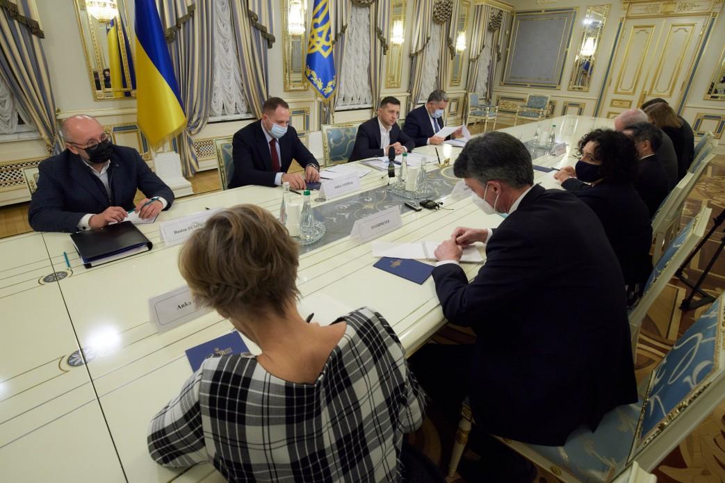 Володимир Зеленський особисто пояснив рішення про відключення телеканалів послам