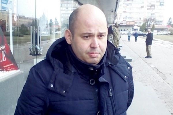 Коли 28 вересня минулого року депутат міськради Михайло Бінусов намагався поставити свою машину в гараж, в нього почали стріляти невідомі, які сиділи в засідці. Зловмисники випустили не менше 20 куль