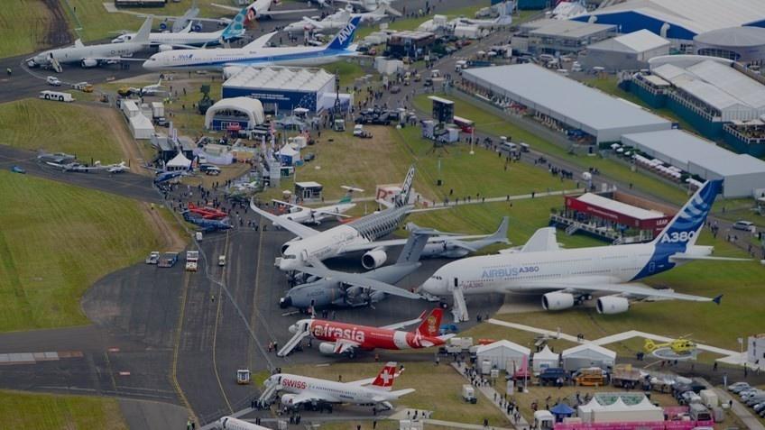 Авіасалон Farnborough – одна з найбільших у світі виставок авіації і авіаційного устаткування. Вона проводиться раз на два роки у передмісті Лондона. На виставці світові авіаконцерни демонструють свої розробки та інновації в комерційному, цивільному і військовому авіабудуванні
