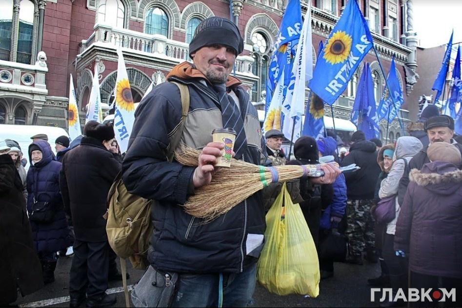 Учасник протесту під НБУ (фото: Станіслав Груздєв)