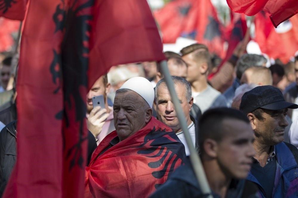 Нещодавня акція протесту в Приштині. У мітингувальників в руках албанські прапори. Фото: apnews.com