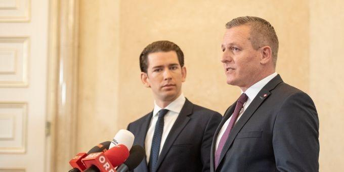 Прем'єр-міністр Австрії Себастіан Курц та міністр оборони Маріо Кунасек були змушені дати позачергову прес-конференцію через викриття російського шпигуна. Фото: EPA
