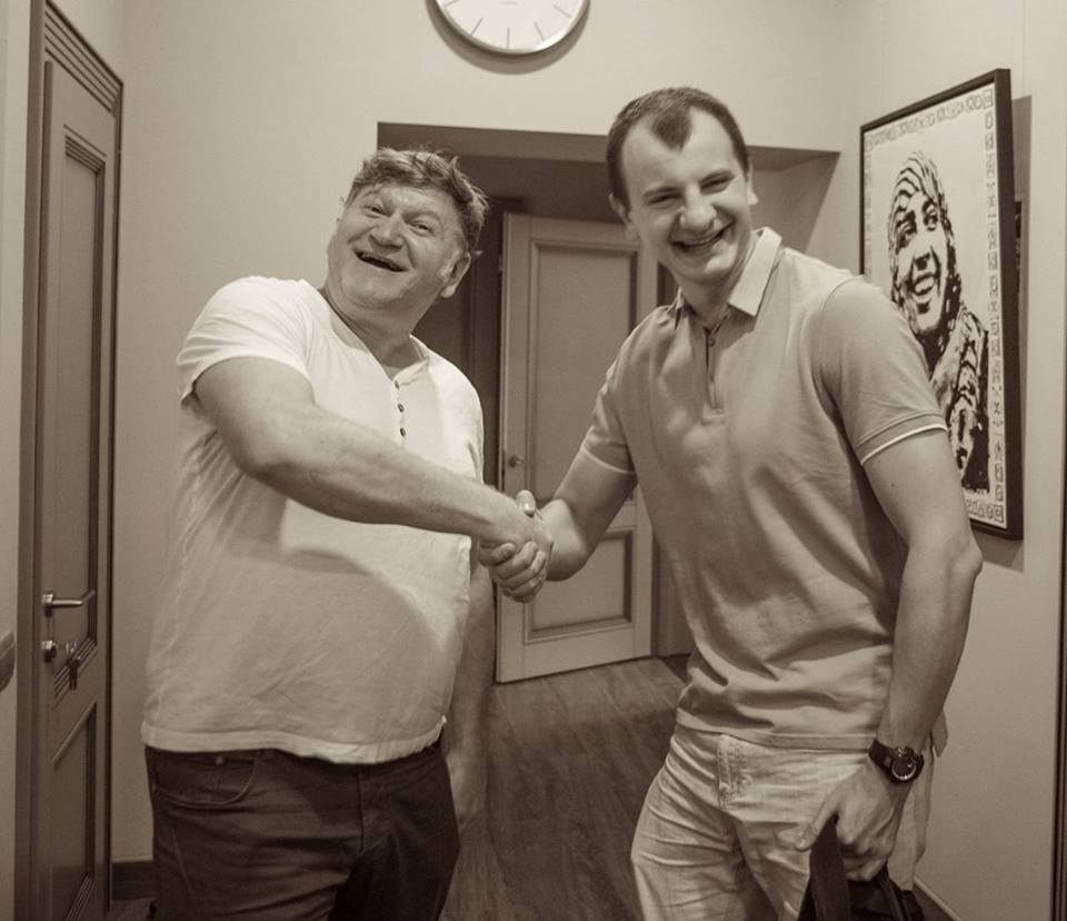 З керівником націоналістичної організації С14 Євгеном Карасем автори списку взагалі сіли в калюжу, переплутавши його з тезкою-художником