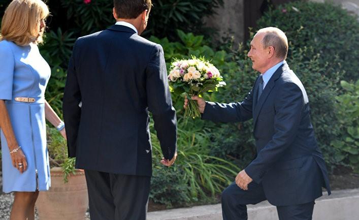 Путін подарував Бріджит Макрон красивий букет