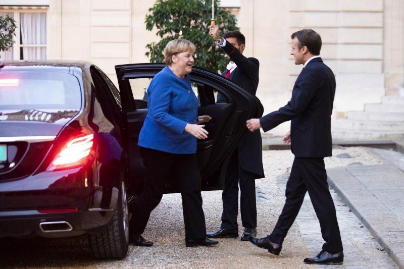 9 грудня 2019 року. Автомобіль Ангели Меркель під'їхав під самі сходи Єлисейського палацу. Фото © GlobalLookPress