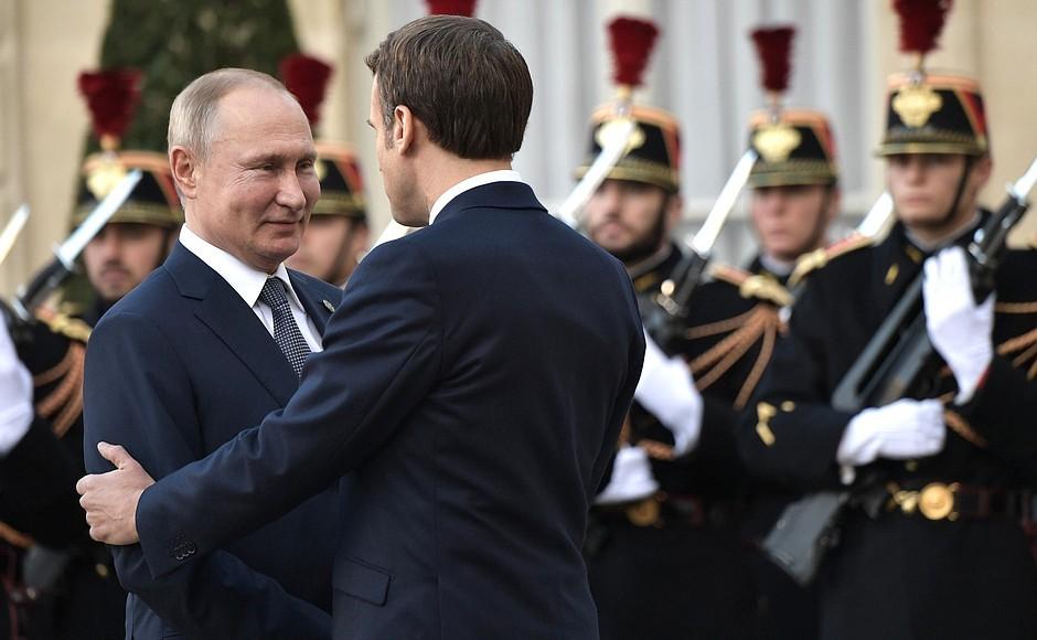 9 грудня 2019 року. Макрон вітається з Путіним перед Єлисейським палацом – напередодні «нормандської зустрічі». Фото kremlin.ru