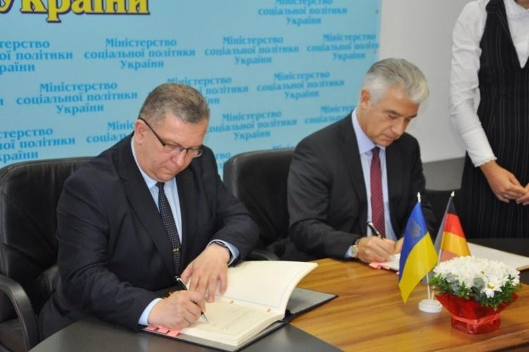 Міністр соціальної політики України Андрій Рева та посол ФРН в Україні Ернст Райхель підписали угоду про взаємне соціальне страхування громадян обох країн.