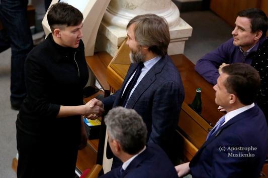 Савченко тисне руку Новінському відкрито