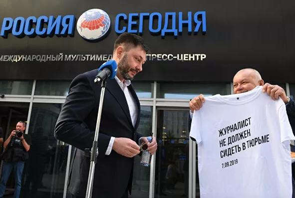 Один пропагандист дарує футболку іншому пропагандисту. Фото РИА «Новости»