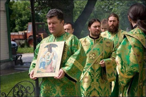 Петро Порошенко в стихарі очолює хресний хід у Свято-Троїцькому Іонівському монастирі. 2009 рік.