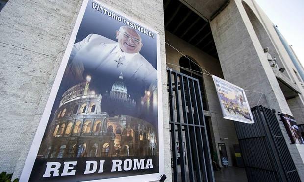 Плакат із зображенням мафіозі Вітторіо Касамонікі, на якому йдеться, що він король Рима, – фасад церкви Дона Боско. 2015 рік.