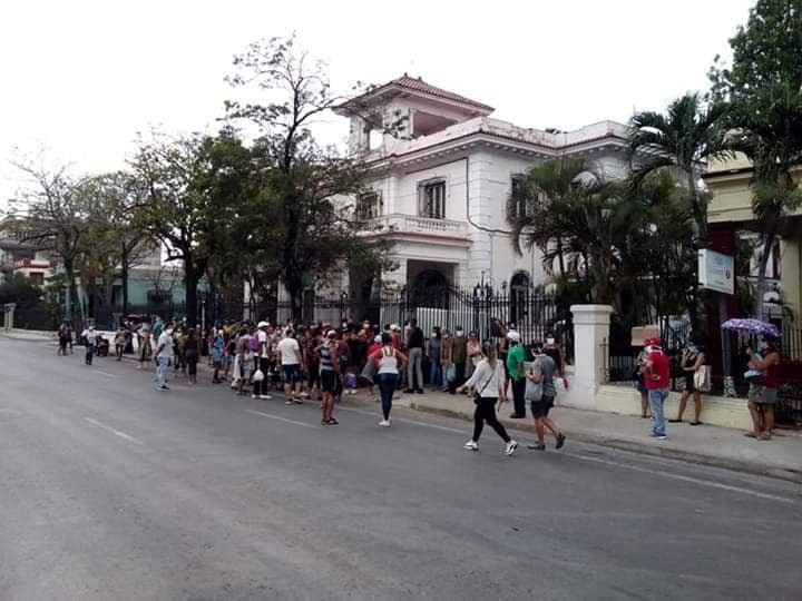 Мешканці Гавани стоять у черзі за курятиною. Фото надане Оленою Гуньковською