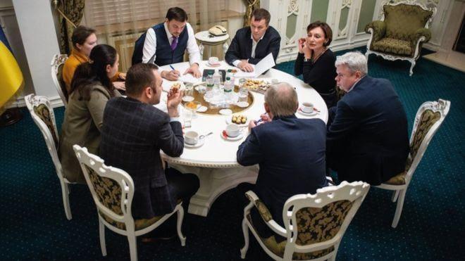 Саме на цій зустрічі прем'єр, керівники економічного блоку уряду та НБУ могли обговорювати ситуацію в економіці і недосвідченість Зеленського