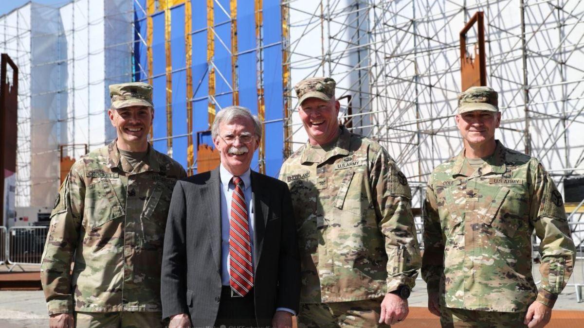 Болтон з членами підрозділу Національної гвардії штату Теннессі на українському параді. Фото «Голос Америки»