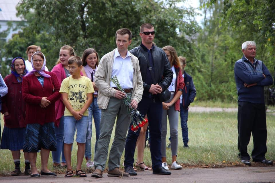 В'ячеслав Сігачов (з квітами) перемагає відразу двох народних депутатів