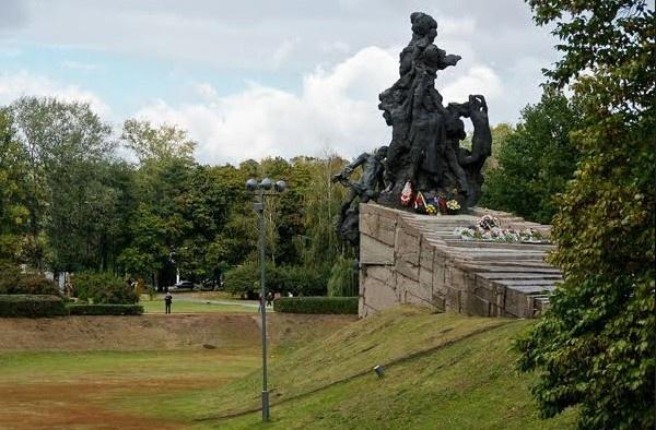 Впорядковувати Бабин Яр почали лише після Куренівської трагедії 1961 року. 1966-го було встановлено перший пам'ятний знак, який через 10 років замінили на цей монумент