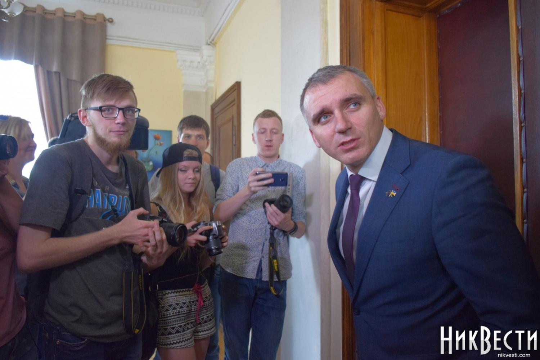 Меру Миколаєва, який тікав через вікно, таки вручили протокол про адмінпорушення