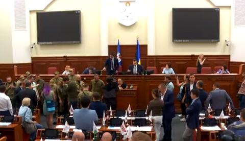 Бійці добровольчих батальйонів увірвалися доКиївради