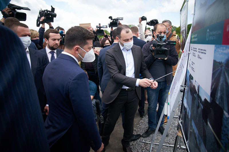 Голова «Укравтодору» Олександр Кубраков показує на стендах президенту Володимиру Зеленському, які дороги ремонтуються. Фото: з сайту Офісу президента