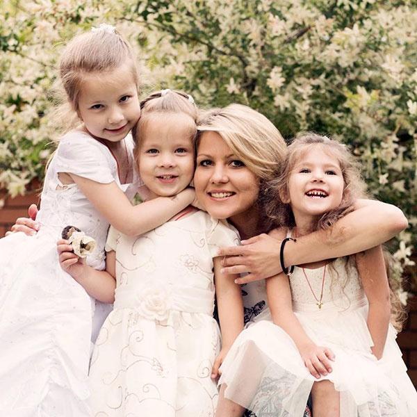 Зоряна Коболєва з доньками. Фото з «Фейсбуку»