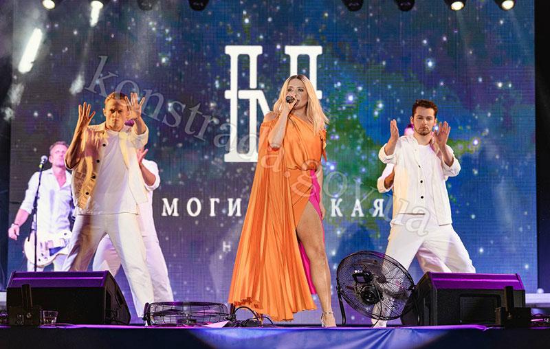 Наталія Могилевська запалює у Костянтинівці на Донеччині. Фото з сайту міської ради