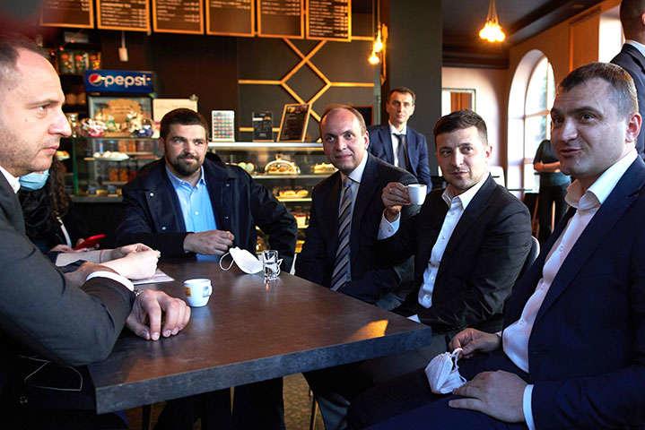 Президент і його оточення попили каву у Хмельницькому після чого суди визнали їх винними у порушенні карантину. Не оштрафували лише Володимира Зеленського