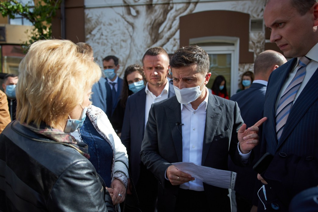 Президент Володимир Зеленський і голова ОДА Дмитро Габінет спілкуються з жінкою. Фото з сайту Офісу президента
