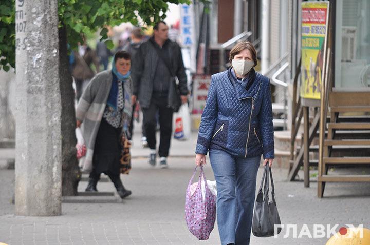 В Україні продовжує діяти масочний режим, за недотримання якого світить чималий штраф