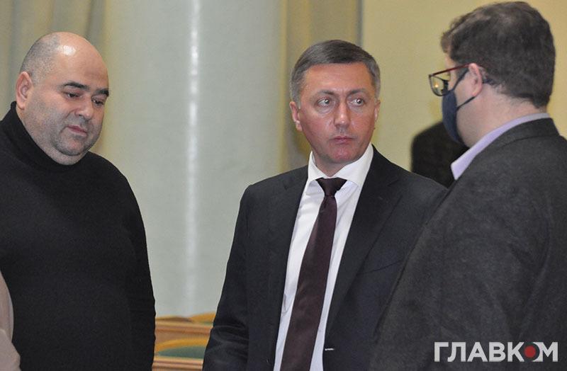 Нардепи Сергій Лабазюк і Володимир Ар'єв розмовляють у сесійні залі Хмельницької облради