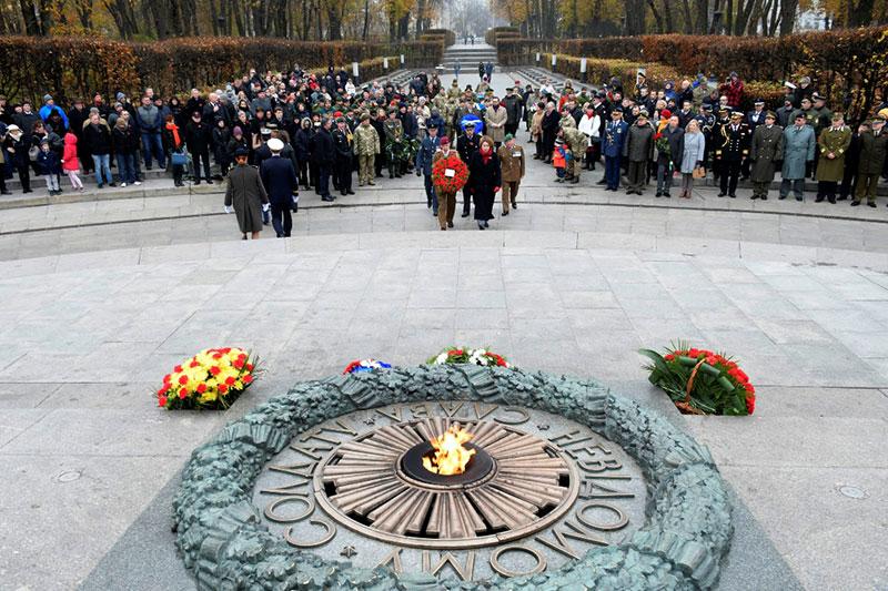 Пам'ятні заходи біля Вічного вогню у парку «Вічної слави» в Києві