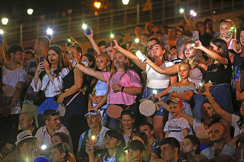 Запальні одеси «забули» про карантин на День міста. Фото з сайту «Думская»