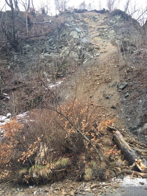 На Закарпатті через зсув ґрунту було частково перекрито дорогу держзначення