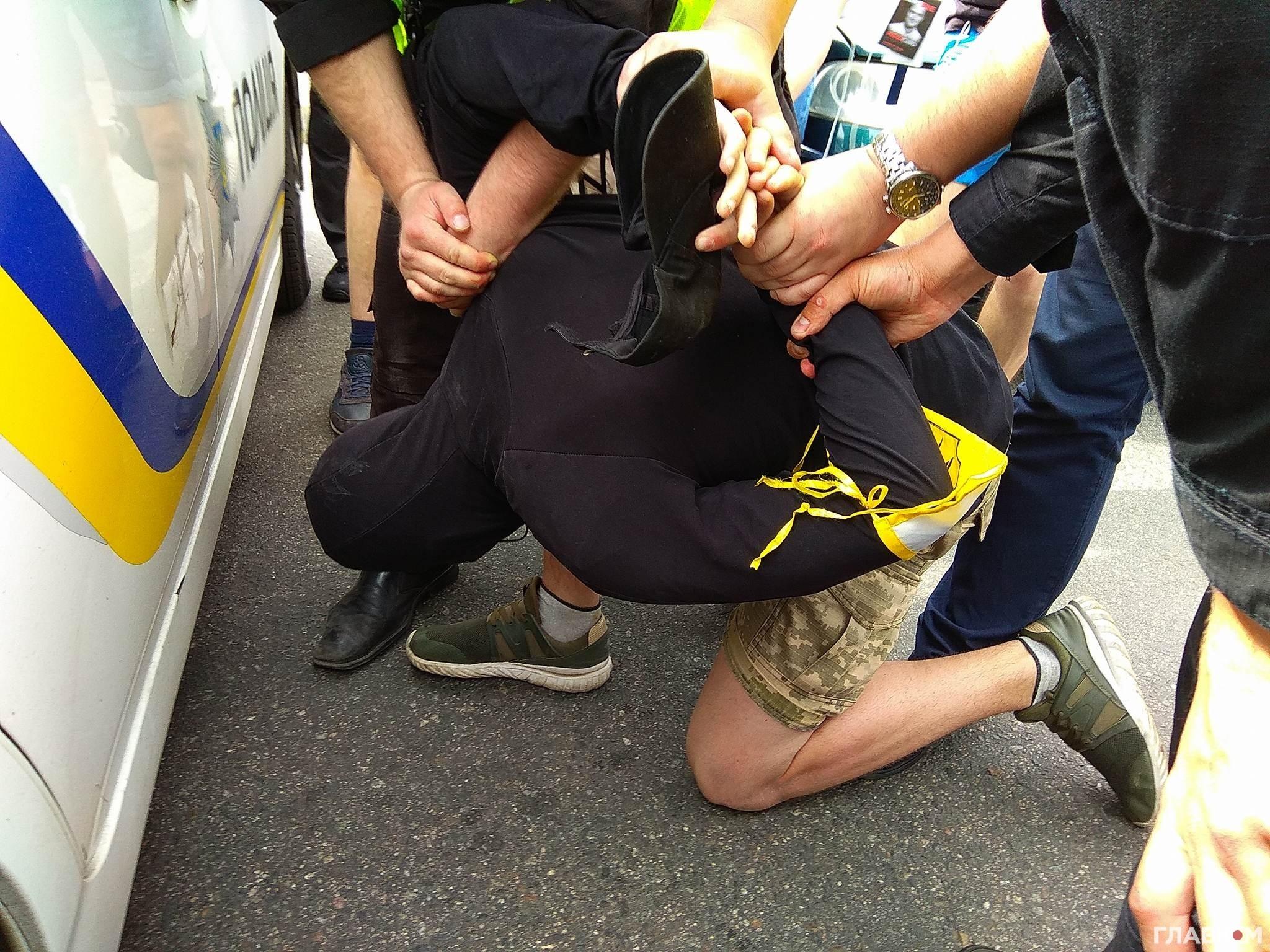 У Києві через заборонену символіку затримали чотирьох людей