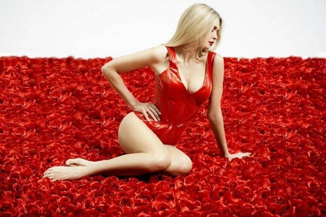 Вера Брежнева обнародовала снимок всексуальном боди— млн алых роз