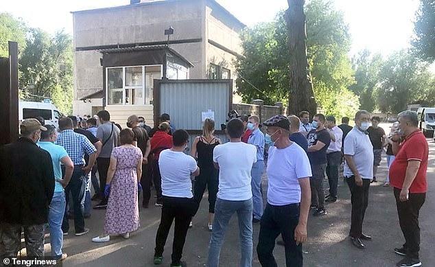 Очередь возле морга в Алматы - родственники пришли за телами умерших от пневмонии