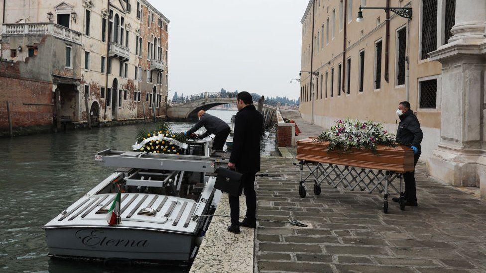Индустрия похоронных услуг в Италии работает без передышки, число жертв Covid-19 исчисляется сотнями человек в сутки