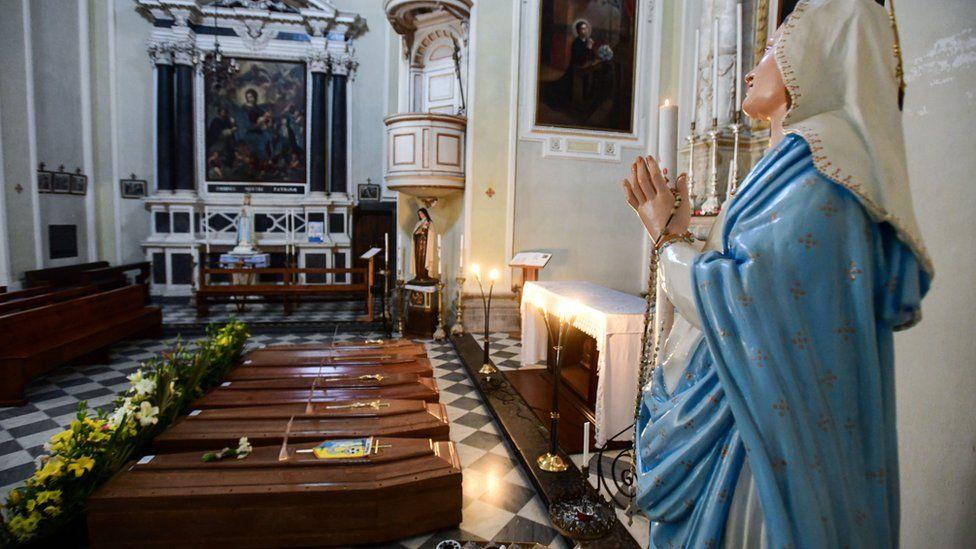 Гробы складывают в церквях, на кладбищах не успевают рыть могилы