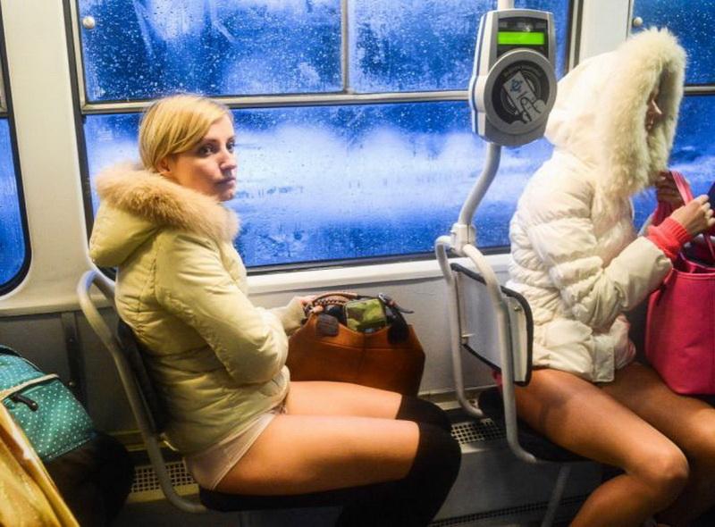 девушка в общественном транспорте - 4