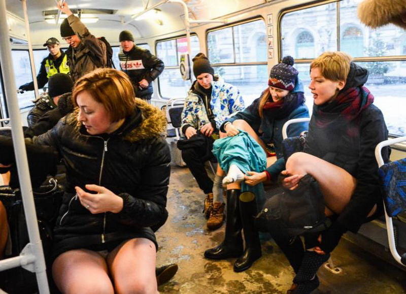 Пацаны щупают девок в транспорте