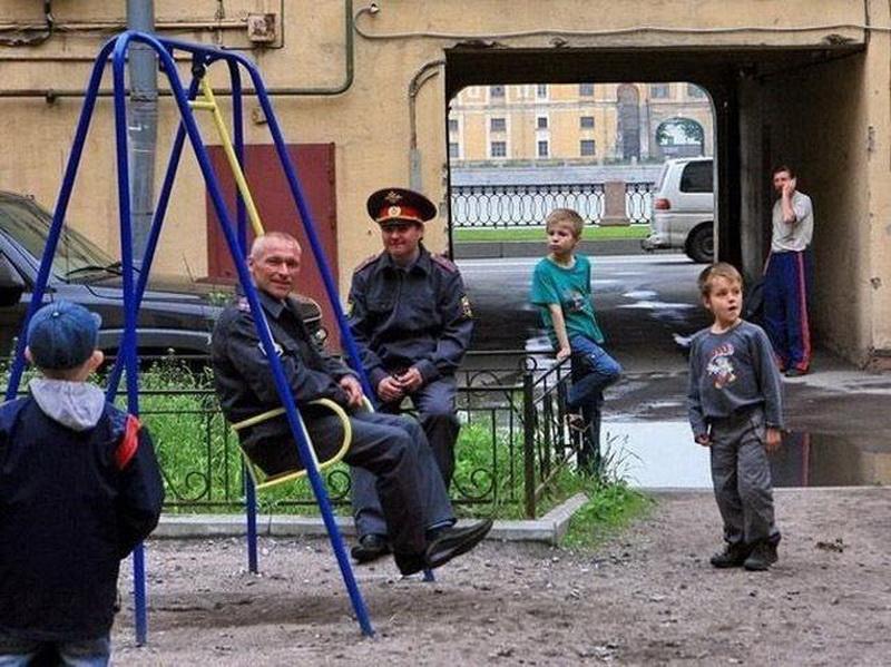 Смотреть смешные картинки так могут только русские донышком ложки