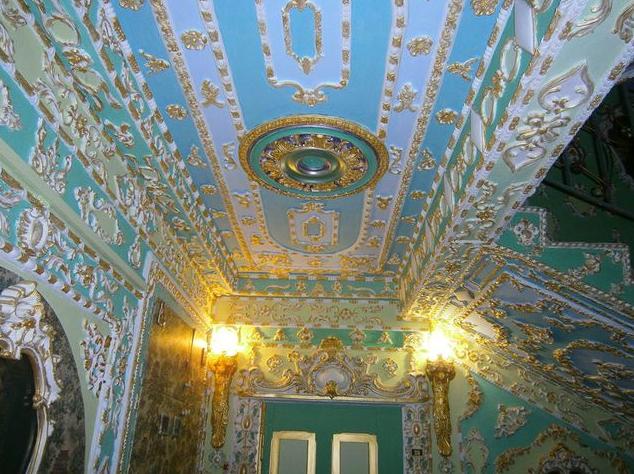 У Києві пенсіонер перетворив свій під'їзд на Версаль