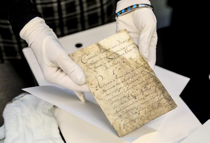 Порошенку у Швеції показали Конституцію Орлика