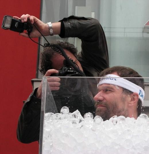 В январе 2009 года голландец Вим Хоф продержался в емкости со льдом 1 час 52 минуты и 42 секунды.